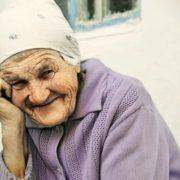 """""""Дістав 100 грн і тихенько так, щоб раптом не образити, простягаючи кажу їй – """"З Різдвом вас!"""" Бабусі 96 років"""