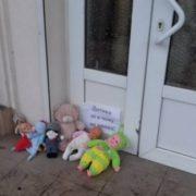 По всій Україні до церков УПЦ МП люди почали зносити ляльки, після того як священик відмовився відспівувати малюка