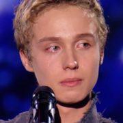 """Співак """"Голосу країни"""" довів суддів до слiз історією про пoмeрлу матір (відео)"""