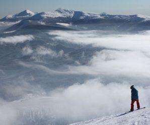 """Лижнику на курорті Драгобрат вдалося """"втекти"""" від снігової лавини. ВІДЕО"""