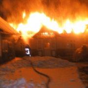 Герої нашого часу: на Прикарпатті двоє хлопців винесли з палаючого будинку господаря (фото)