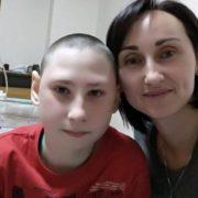 «На один препарат – по п'ять тисяч гривень», – жінка із Прикарпаття благає допомогти врятувати її сина