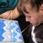 Молода прикарпатка малює ротом картини і продає їх, щоб здійснити свою мрію