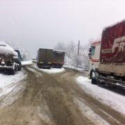 На Долинщині кілька фур застрягли на нерозчищеній дорозі