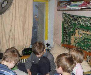 """Франківець закликає допомогти багатодітній родині, яка живе у """"нетрях"""""""
