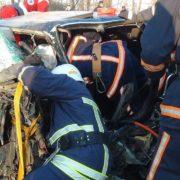 """ДСНСники врятували життя водієві, """"вирізавши"""" його з кабіни понівеченого авто. ФОТО"""