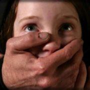 """В Запоріжжі насильник напав на маленьку школярку: """"Затягнув в під'їзд, зняв білизну і став облизувати…"""""""