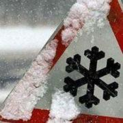 На Прикарпатті через снігопад зіштовхуються автівки та злітають з дороги фури (фото)