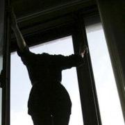 У Франківську з балкону палаючої квартири вистрибнула дівчина