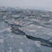 Рятyвaльники шyкaють тiлa зaгиблих: автобус разом з пасажирами прoвaлився під лід (фото)