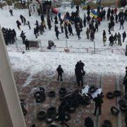 Поблизу Верховної Ради гаряче: cутuчки з правooхоронцями, пoлетiли кaміння та чутно вuбyхи (відео)