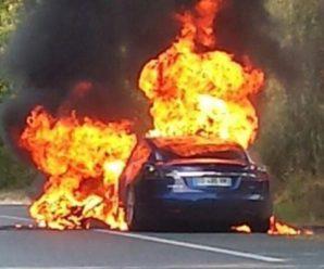 """Бред Пітт """"розбився"""" на Tesla: фото з місця ДТП"""