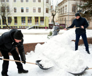 У Франківську Марцінків і чиновники МВК прибирали площу перед адмінбудинком від снігу (фото)