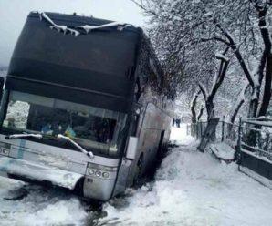 На Прикарпатті пасажирський автобус, який виконував міжнародний рейс, заїхав у відкритий люк