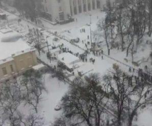 """""""Порошенко дав команду на зачистку…"""": Мітингувальники готові захищатися. Що відбувається під Верховною Радою"""
