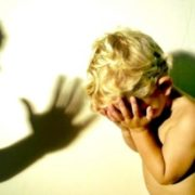 На Черкащині п'яна матір побила чоловіка, свекруху та зламала пальці 4-річному синові