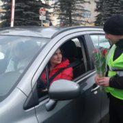 На Яремчанщині поліцейські зупиняли жінок-водіїв, щоб привітати з 8 березня. ФОТО