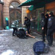 Неадекватний п'яний чоловік роздягся в центрі Франківська. ФОТО, ВІДЕО