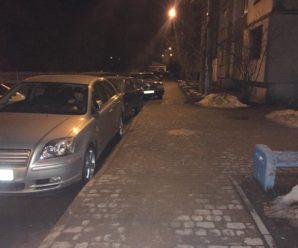Уночі в Івано-Франківську легковик розтрощив припарковані авто (Фото)