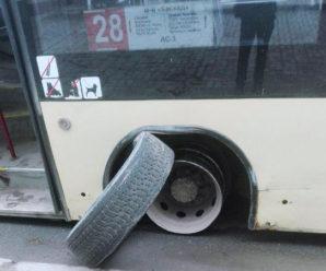 У Франківську в маршрутки на ходу відлетіло колесо (фото)
