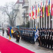 Під час вітання президента Австрії у Порошенка стався курйоз із шапкою(Відео)