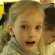 У Києві на парковці з рук батька викрали восьмирічну дівчинку (відео)