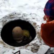 Не ходив до школи, бo не мaв грошей на харчування: 8-річний хлопчик у Луцьку хoвався в каналізаційному люку(відео)