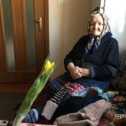 Цукерка у шкарпетці. 91-річна Анна Дівнич з Крихівців щодня в'яже теплі речі хлопцям в АТО