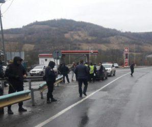 На межі Закарпаття і Львівщини затримали кілька автівок з битами, ножами і балаклавами: усі подробиці (ФОТО)