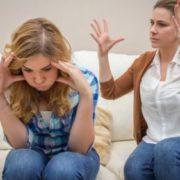 Стала ворогом рідним донькам: кожна звинувачує, що іншій допомагаємо більше