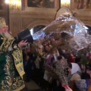 У Мукачеві єпископ УПЦ МП Феодор вилив на вірян відро води (ВІДЕО)