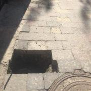 У Франківську нова бруківка провалюється під землю (фотофакт)