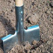 За зауваження – лопатою по голові: комунальник відлупцював чоловіка, який зробив йому зауваження (відео)