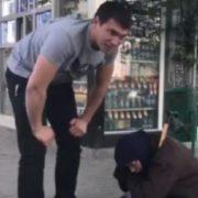 """""""Бабуся, покажи обличчя …"""": В Україні викрили жінку, яка прикидалася жебрачкою"""