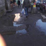 Франківці скаржаться на вулицю Новгородську, котра потопає у болоті (фото)