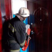 У Франківську рятувальники вирізали двері в квартиру, щоб врятувати дівчину