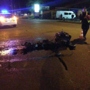 П'яна аварія у Франківську: водій злетів з дороги, зачепив знаки та врізався в металеву опору