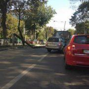 У Львові електроопора впала на дорогу: є жертви