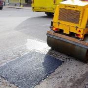 В Івано-Франківську почали латати дороги (фото)