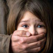 На Тернопільщині пенсіонер намагався зґвалтувати п'ятикласницю, мама дівчинки відбила її з ножем