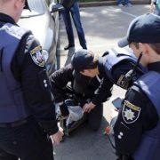 """Співробітниця поліції побила людину через прохання перейти на """"ви"""""""