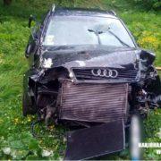 """Аварія на Косівщині: автомобіль """"Ауді"""" врізався в огорожу та перекинувся (фото)"""