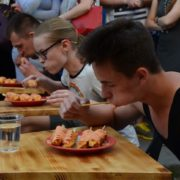 В Івано-Франківську провели чемпіонат міста із поїдання корн-догів та сидр-понгу