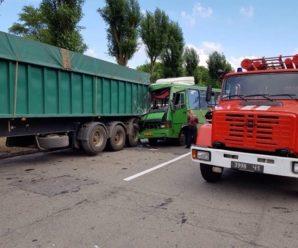 В Кам'янському автобус зіткнувся з вантажівкою – 22 людей постраждали