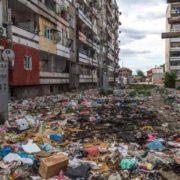 """""""Повибивали вікна, здали все на метал, а зараз втопають у смітті"""": У мережі з'явились моторошні кадри частини міста"""