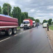 В Рогатині люди перекрили дорогу через жахливий стан об'їзної