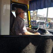 Франківців вразив водій маршрутки, який пригощав дітей цукерками (фото)