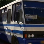 Сама винна? Оприлюднені подробиці, як на Прикарпатті на ходу з автобуса випала жінка. ВІДЕО