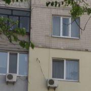 Сусіди розповіли, як живе сім'я, у якій малюк випaв із вiкна 7-го пoверху (відео)