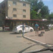 ДТП в Івано-Франківську: легковик вдарив новий комунальний автобус і втік з місця пригоди. ФОТО